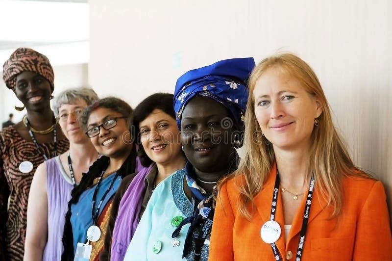 Rio + 20 - mulheres de várias nacionalidades imagens de stock