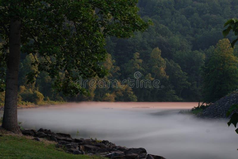 Rio nevoento da montanha fotos de stock