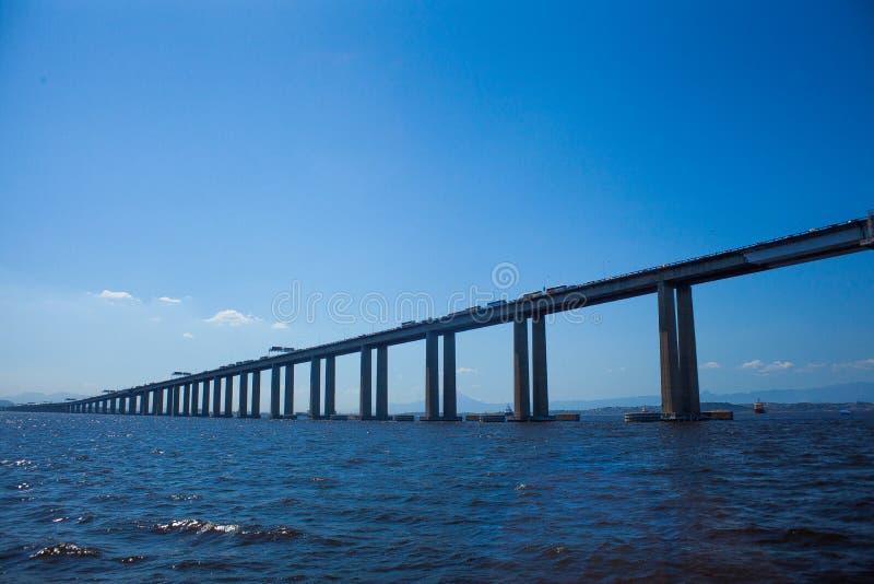 Rio Niteroi most, niebieskie niebo i morze, obraz royalty free