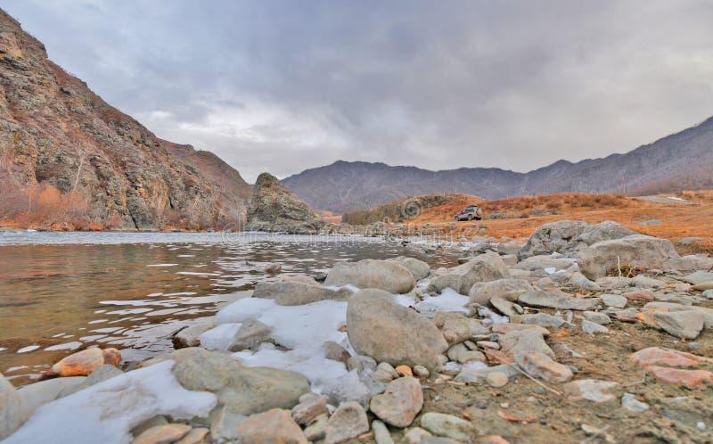 Rio no outono atrasado, montanhas da montanha de Altai, Sibéria, Rússia imagem de stock
