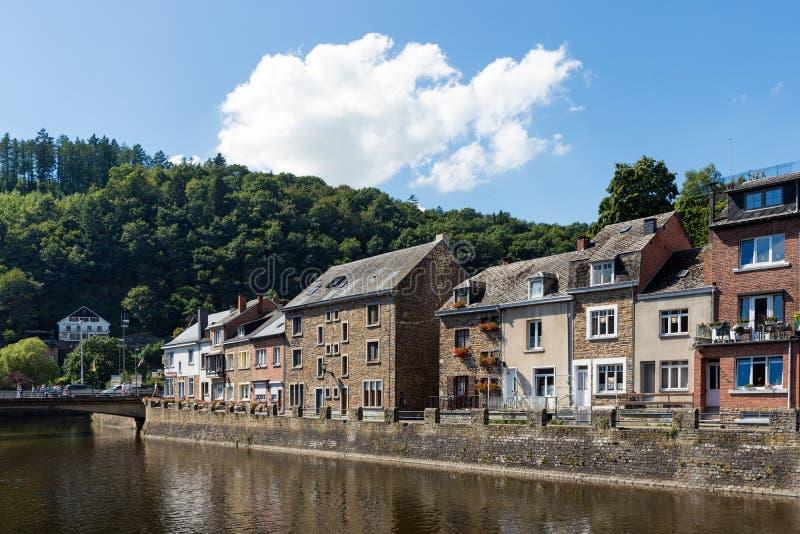 Rio Ourthe no Roche-en-Ardenne histórico do La do centro no belga A imagens de stock