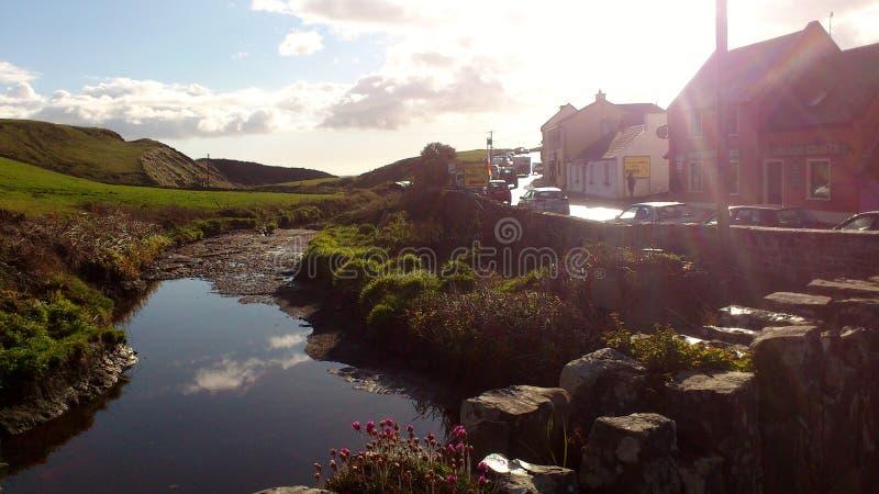 Rio pequeno bonito perto dos penhascos do moher na Irlanda imagem de stock royalty free