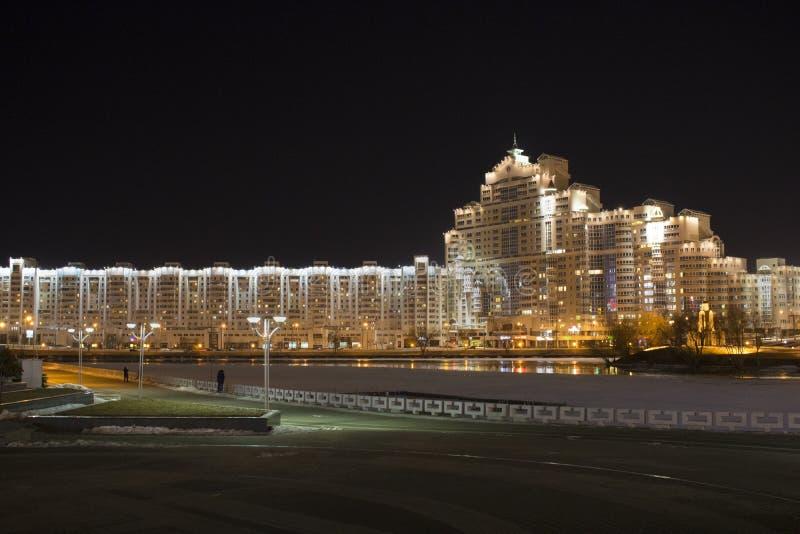 Rio perto da casa na noite imagens de stock royalty free