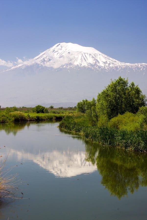 Rio preto da água no vale de Ararat com reflexão do Mo imagem de stock