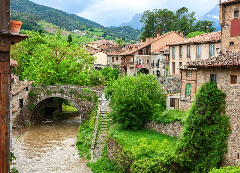 Rio Quiviesa, através da ponte San Cayetano em Potes, Cantábria, Espanha fotografia de stock