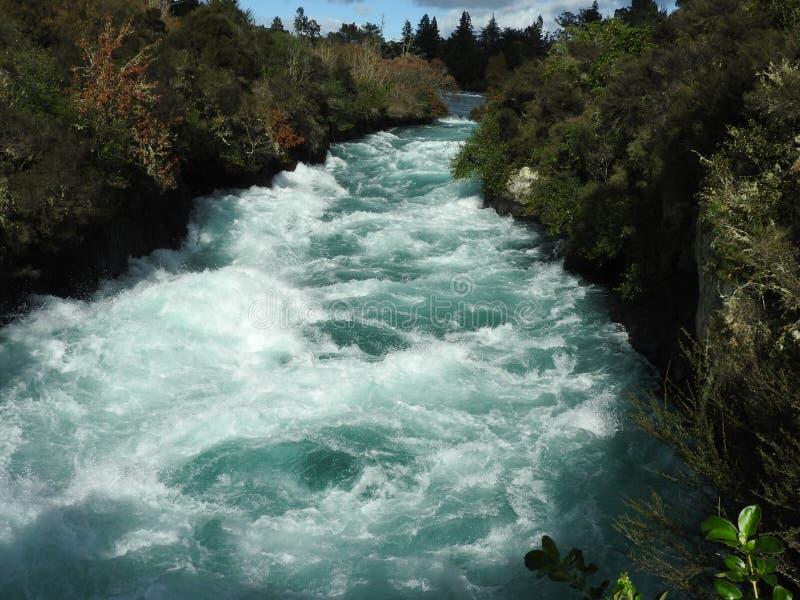 Rio Raging através dele o ponto o mais estreito do ` s em Nova Zelândia fotos de stock