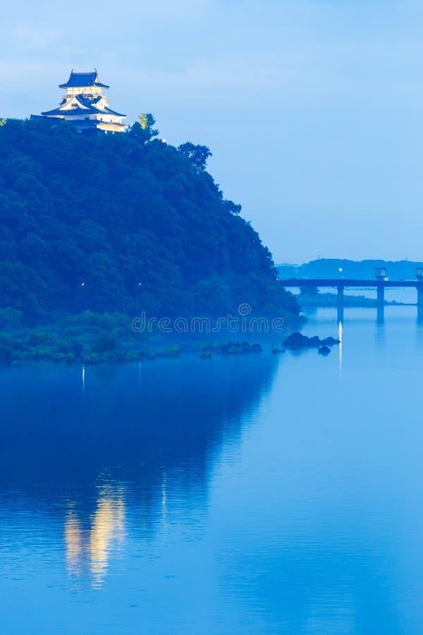 Rio refletido castelo de Inuyama que nivela a hora azul V fotografia de stock royalty free