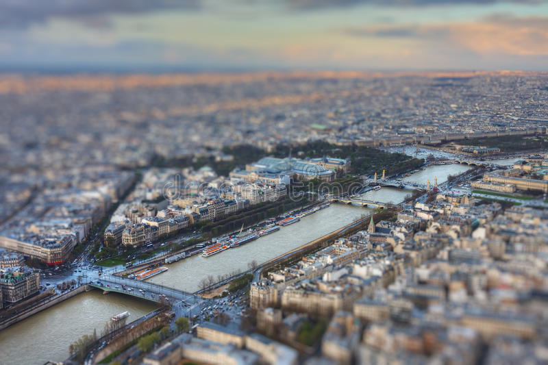 Rio Seine na primavera com efeito do inclinação-deslocamento imagem de stock royalty free