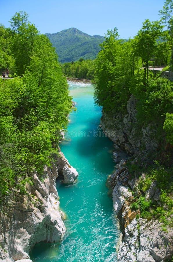 Rio selvagem nos cumes (Soca/Isonzo) foto de stock