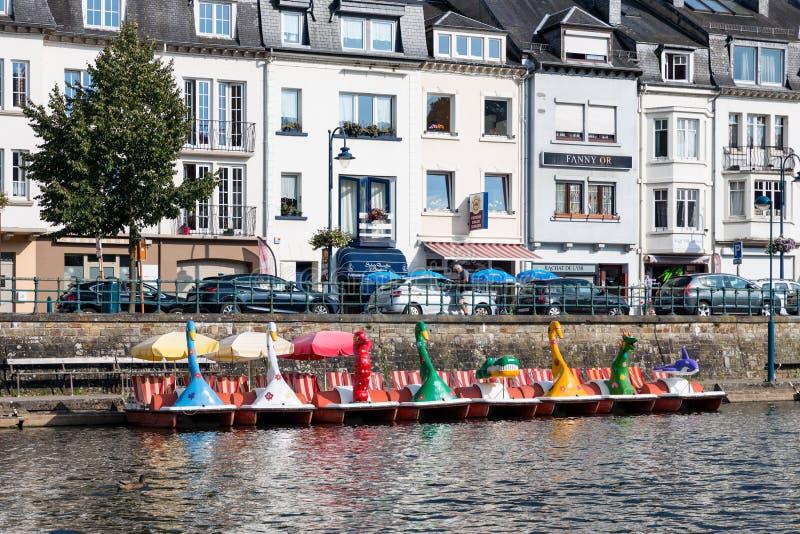 Rio Semois com os pedalos para o aluguel no caldo belga imagem de stock