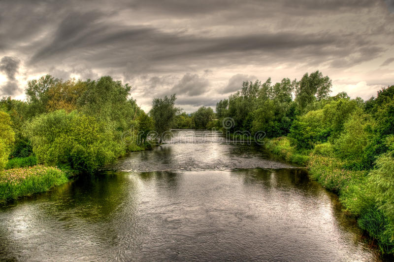 Rio Shannon em um dia nebuloso imagens de stock royalty free