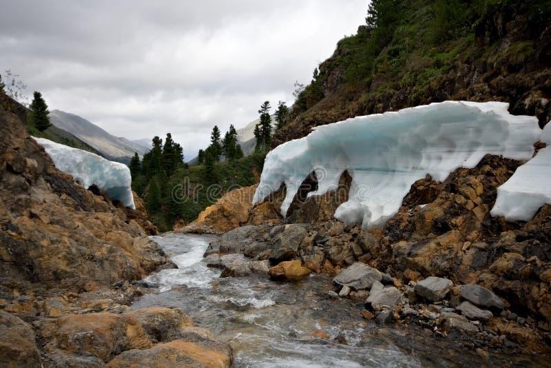 Rio Shumak da montanha com gelo no litoral fotografia de stock royalty free