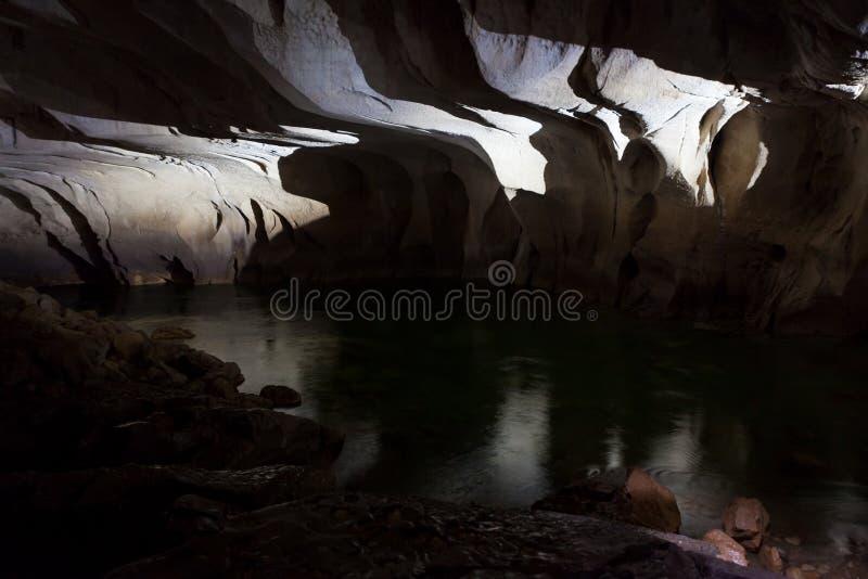 Rio subterrâneo na caverna do clearwater imagem de stock