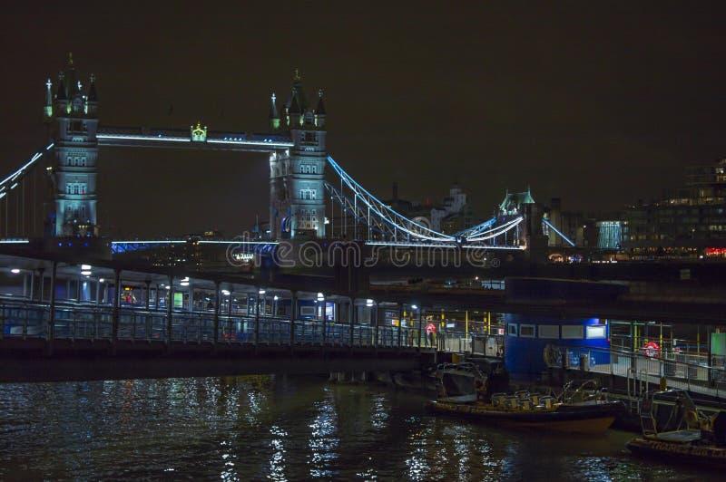 Rio Tamisa de Londres na noite com a ponte iluminada da torre fotografia de stock