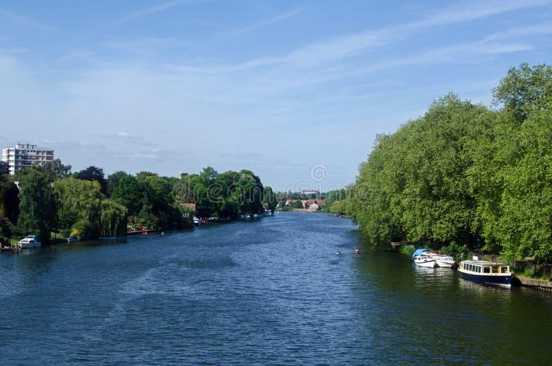 Rio Tamisa em Kingston, Londres ocidental sul imagens de stock