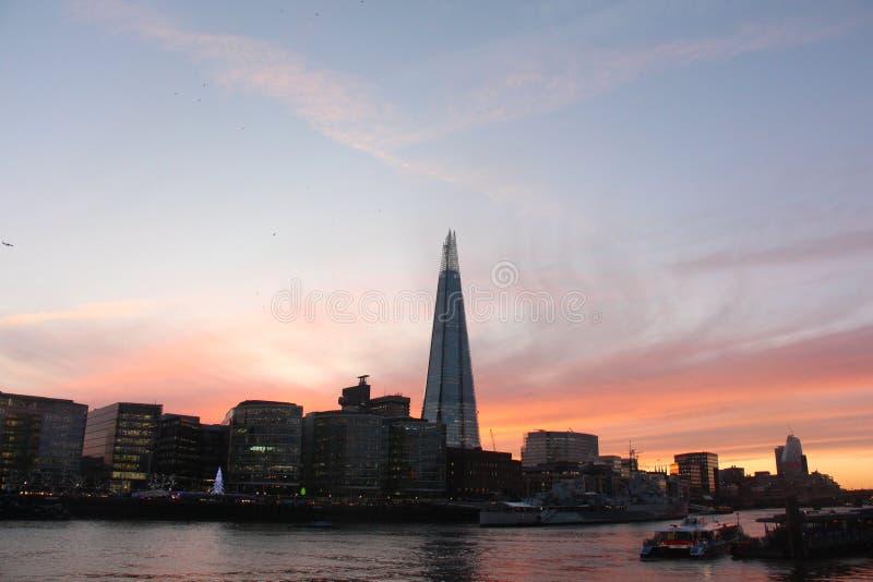 Rio Tamisa Londres central do por do sol, o estilhaço fotografia de stock royalty free