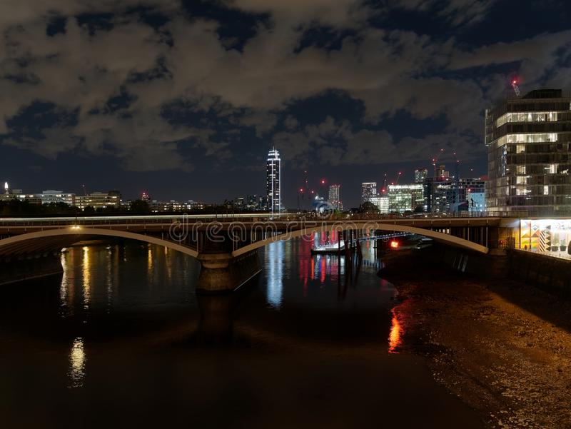 Rio Tamisa vista da ponte de Battersea na noite foto de stock royalty free