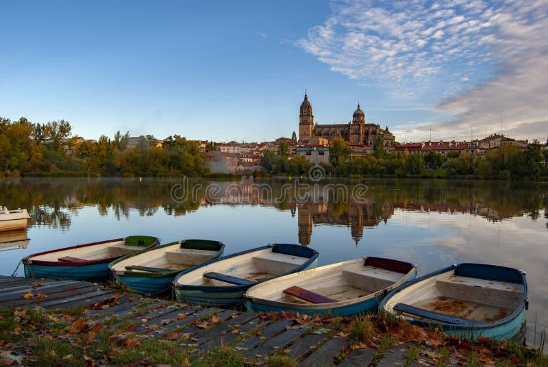 Rio Tormes avec des bateaux à Salamanque photo stock