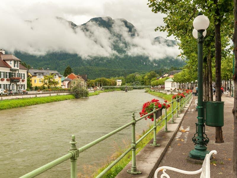 Rio Traun em Ischl mau em um dia nebuloso fotos de stock royalty free