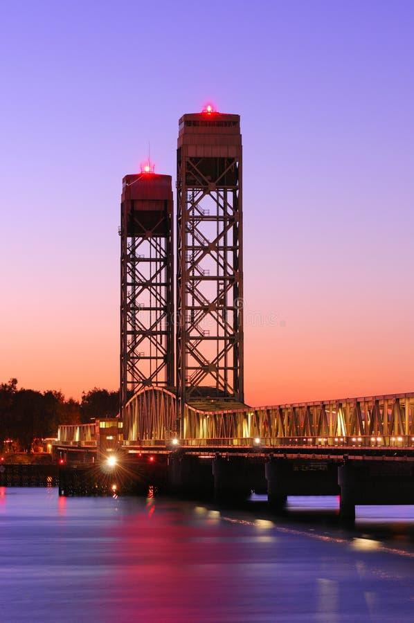 Rio Vista Bridge no por do sol imagens de stock royalty free