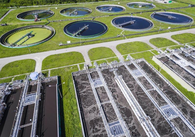 Rioleringslandbouwbedrijf Statische luchtfoto die neer op clarifyin kijken stock fotografie