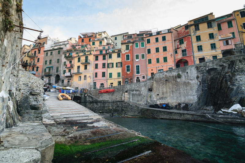 Riomaggiore by av Cinque Terre i Liguria, Italien fotografering för bildbyråer