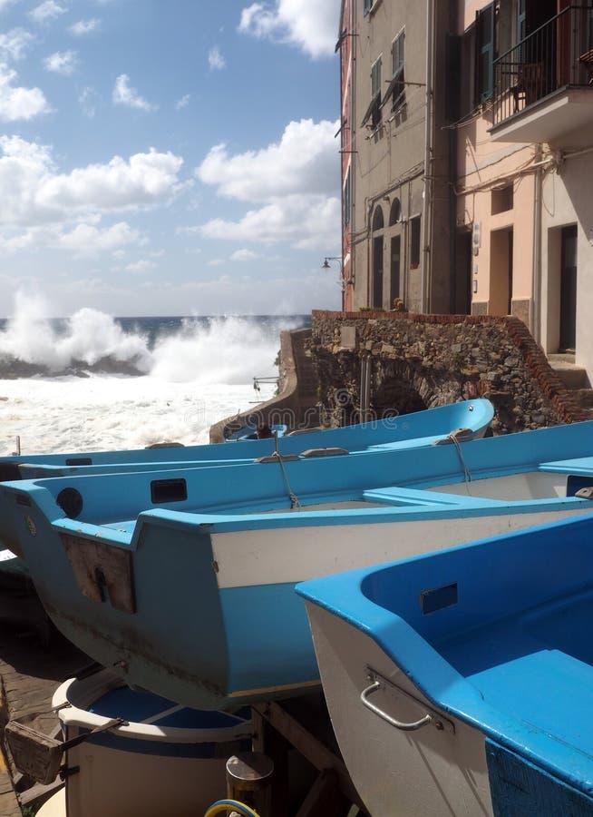 Riomaggiore Cinque Terre stare łodzie rybackie na ulicie z histor obraz royalty free