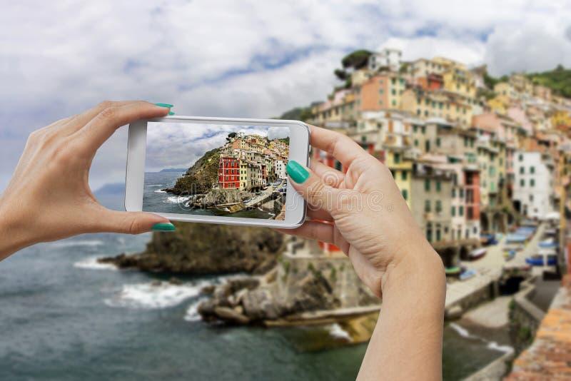 Riomaggiore die met mobiele telefoon fotograferen royalty-vrije stock afbeelding