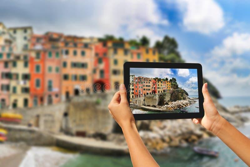 Riomaggiore-Frau, die Fotos auf einer Tablette macht stockfoto