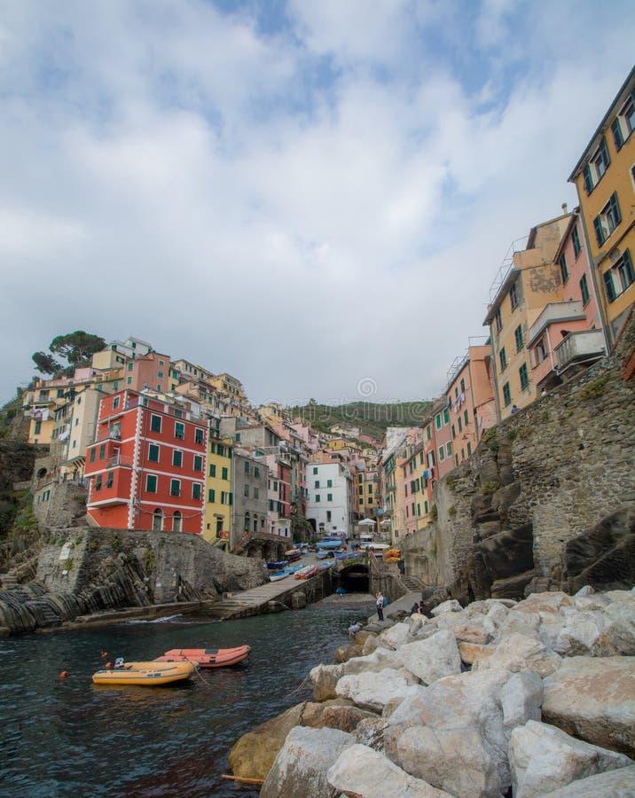 Riomaggiore, Itália - 24 de outubro de 2016: Construções e barcos em Ri fotos de stock royalty free