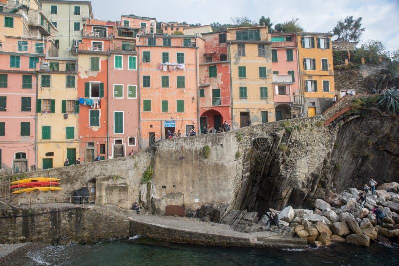 Riomaggiore, Itália - 24 de outubro de 2016: Construções e barcos em Ri imagens de stock royalty free