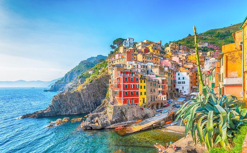 Riomaggiore, un villaggio costiero su Cinque Terre, Italia immagini stock