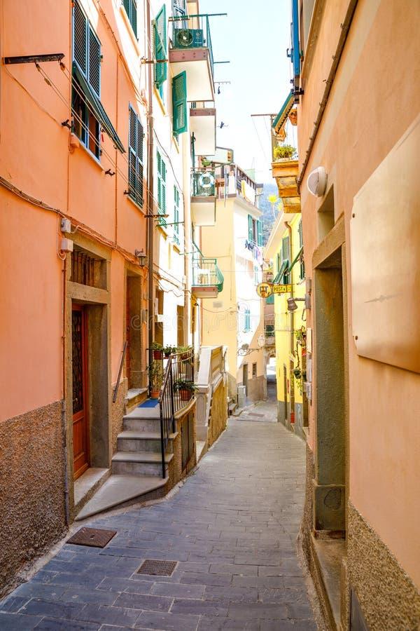 Riomaggiore, vila do pescador de Liguria, It?lia, casas coloridas no dia morno ensolarado ?gua do al de Monterosso, Vernazza imagem de stock