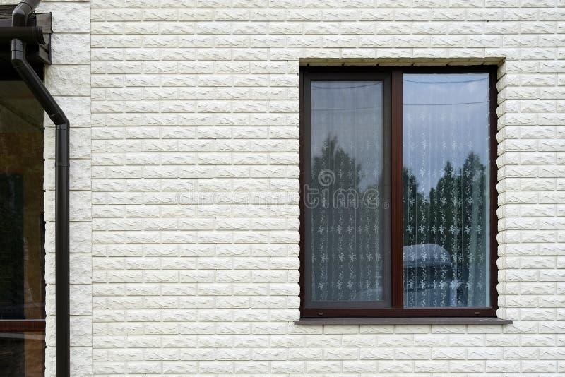 Rioolbuis naast het venster Plattelandshuisje met grote panoramische Vensters Verglazing van de voorgevel stock afbeeldingen