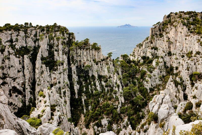 Riou ö som beskådas från Les Calanques av Marseilles royaltyfri fotografi