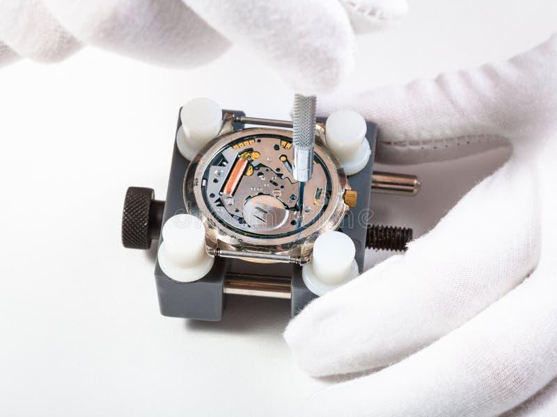 Riparando fine dell'orologio del quarzo su con il cacciavite immagini stock libere da diritti