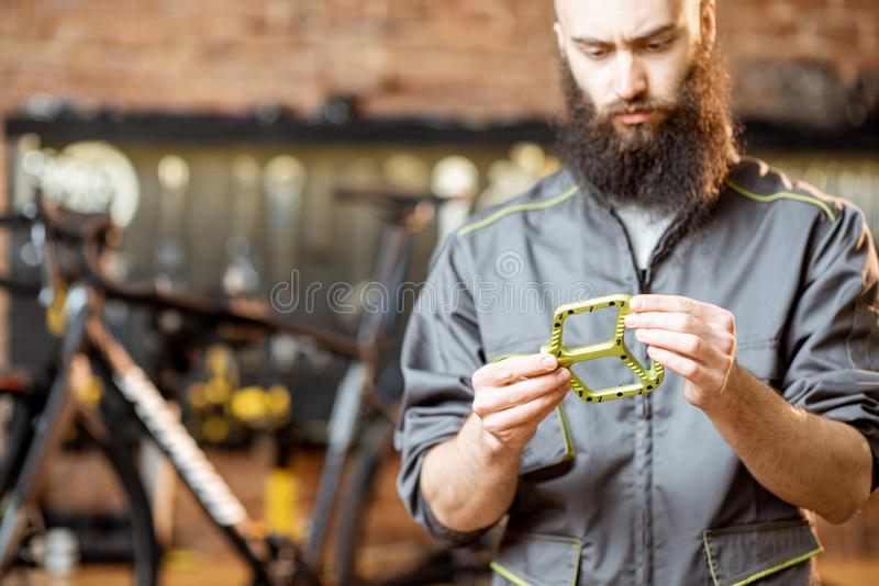 Riparatore con i pedali della bicicletta fotografia stock