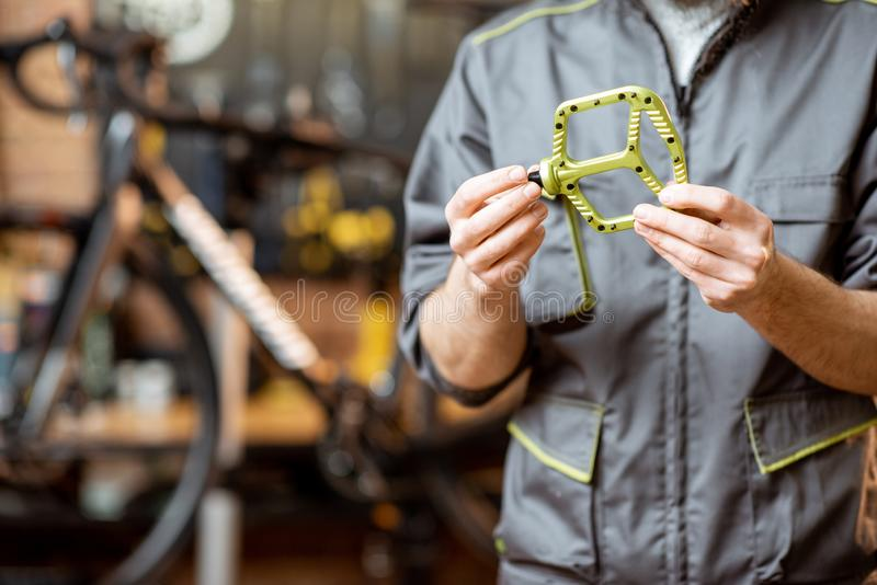 Riparatore con i pedali della bicicletta immagini stock libere da diritti