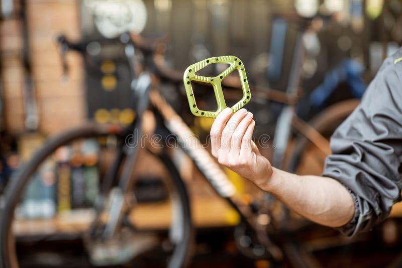 Riparatore con i pedali della bicicletta fotografie stock libere da diritti