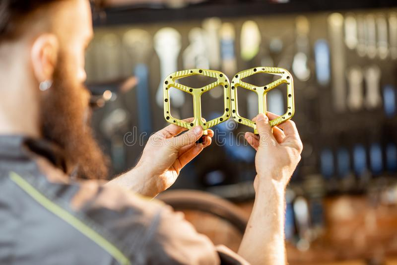 Riparatore con i pedali della bicicletta immagine stock libera da diritti