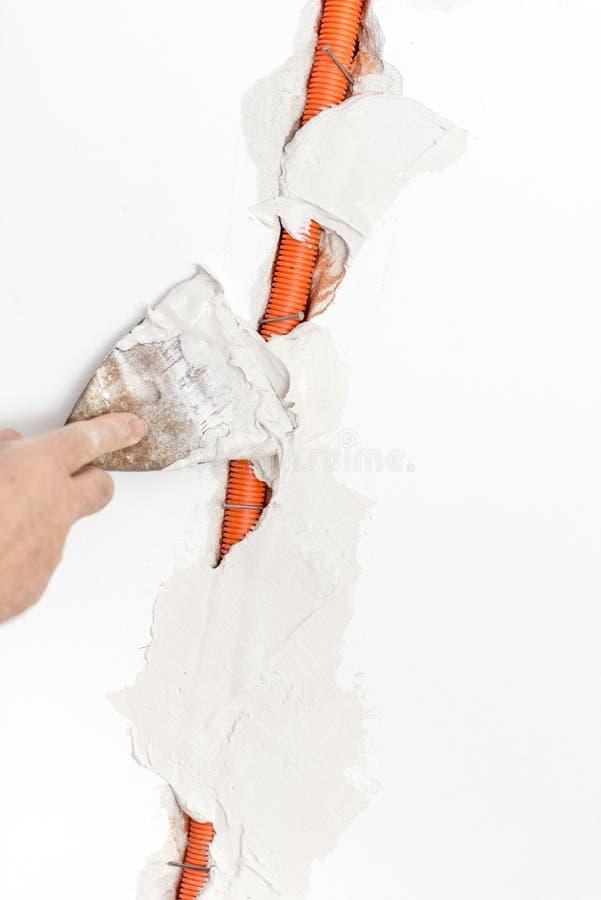 Riparatore Covering il canale per cavi con cemento fotografia stock libera da diritti