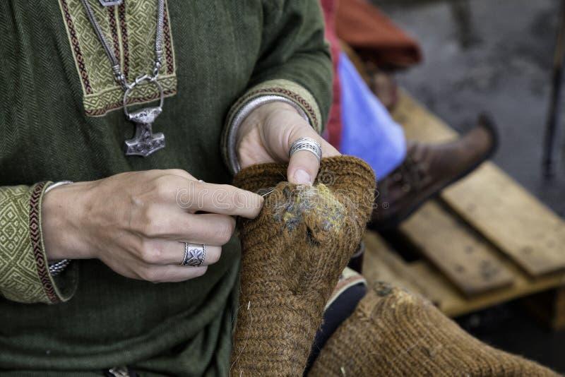 Riparazione dei calzini della lana fotografie stock