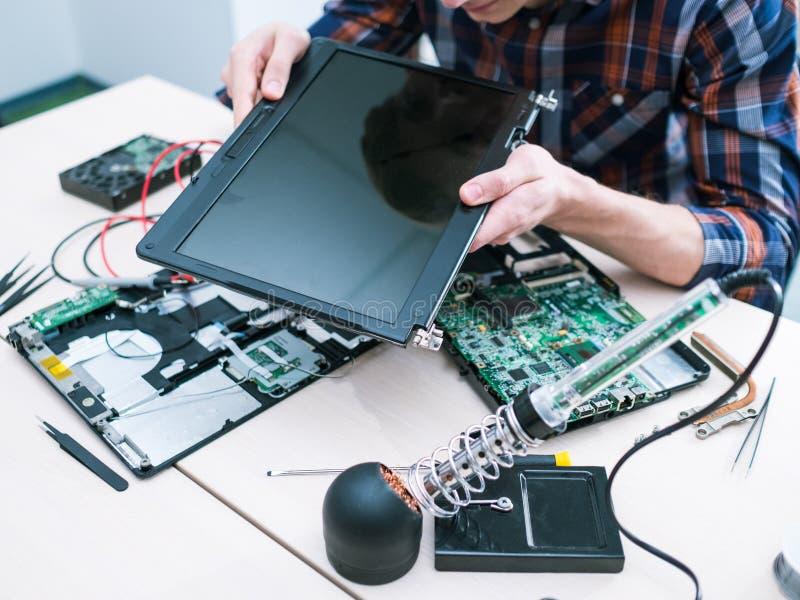 Riparazione del computer dell'hardware dell'amministratore di sistema fotografie stock