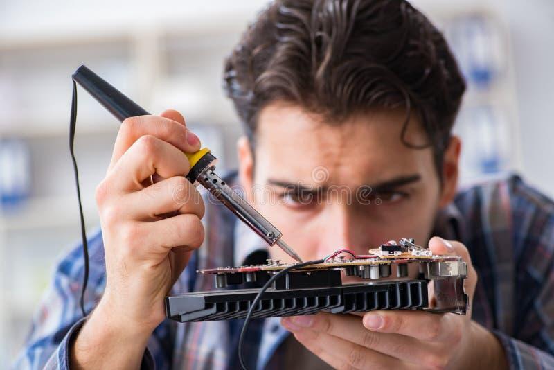 Riparazione del hardware e concetto della riparazione da techn con esperienza fotografie stock