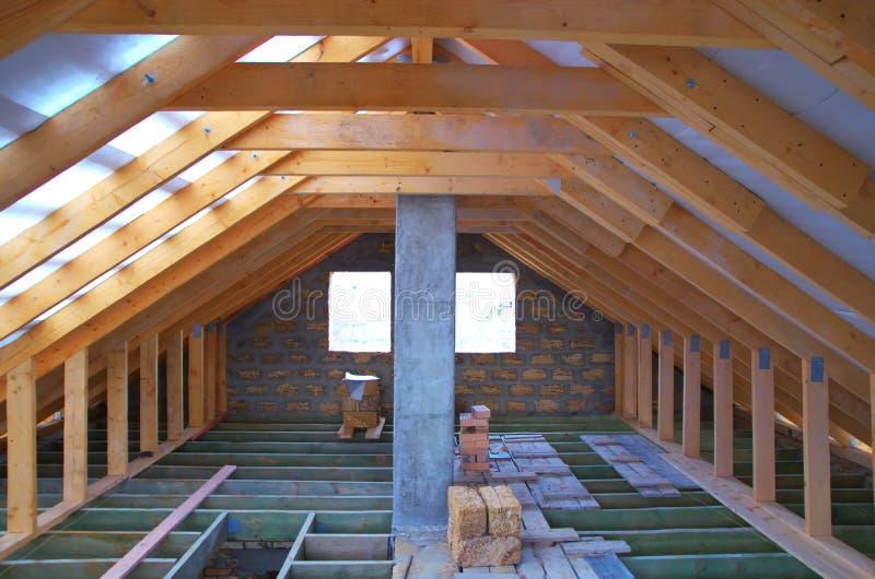 Riparazione dell'attico immagine stock. Immagine di casa ...