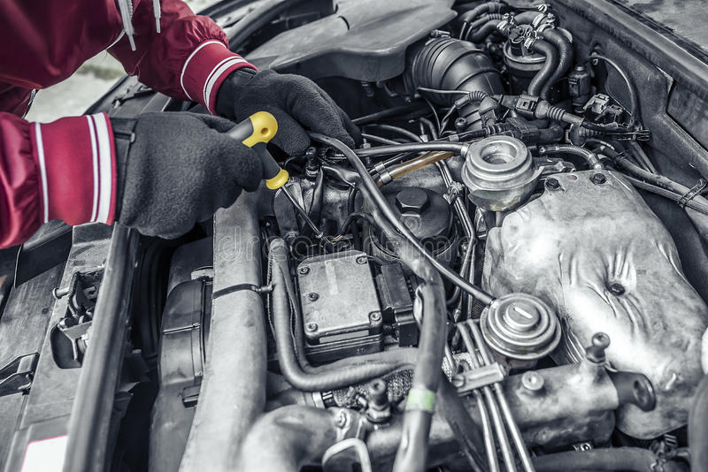 Riparazione dell'automobile Sotto il cappuccio dell'automobile immagine stock libera da diritti