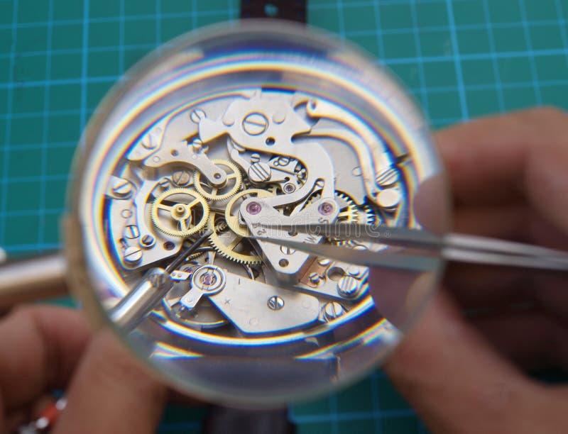 Riparazione dell'orologio d'annata fotografia stock