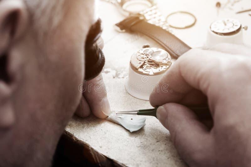 Riparazione dell'orologio dell'orologio fotografie stock libere da diritti