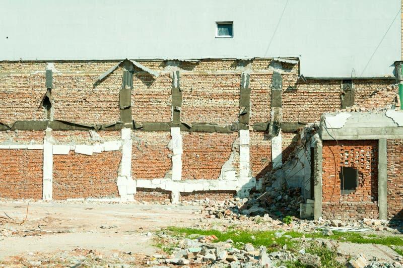 Riparazione della base del fondamento dell'edificio residenziale dopo il forte terremoto che completamente ha distrutto la strutt immagini stock