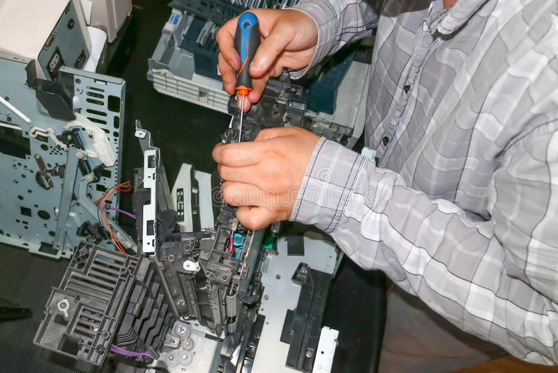 Riparazione della copiatrice-stampante del laser nel centro di servizio Sostituzione degli ingranaggi consumati fotografia stock libera da diritti
